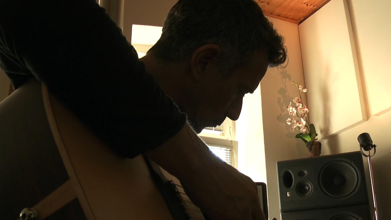 Peter Kruder an der Gitarre